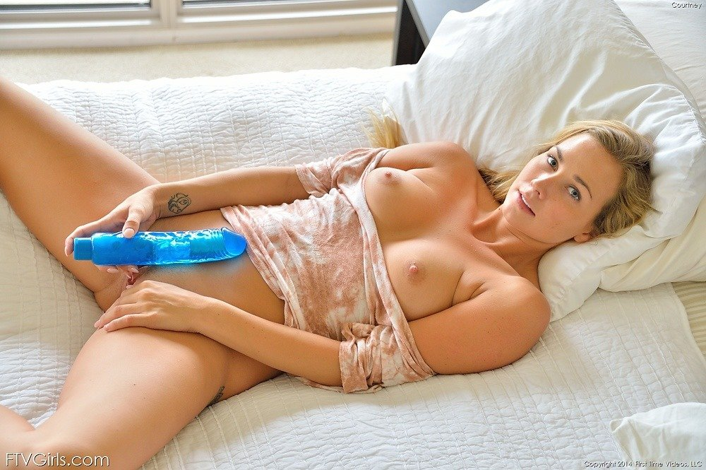 Girls fucking with a dildo
